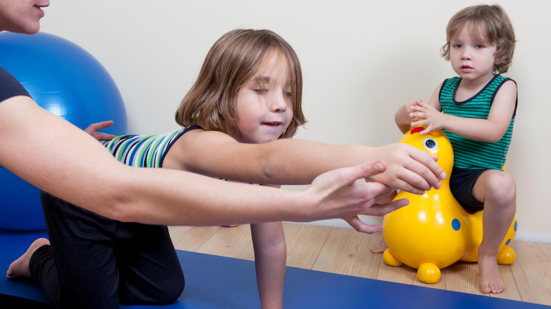 Kinder - Physiotherapie: Wie sieht eine Therapie bei Kids aus?