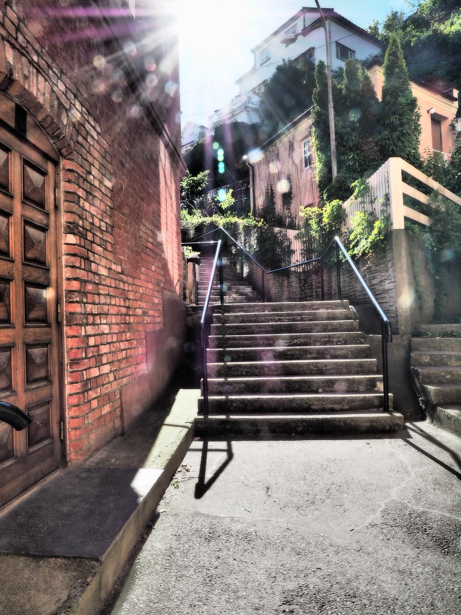 坂と階段、巨岩の連なる美しい町。ムンクも歩いていた小径。