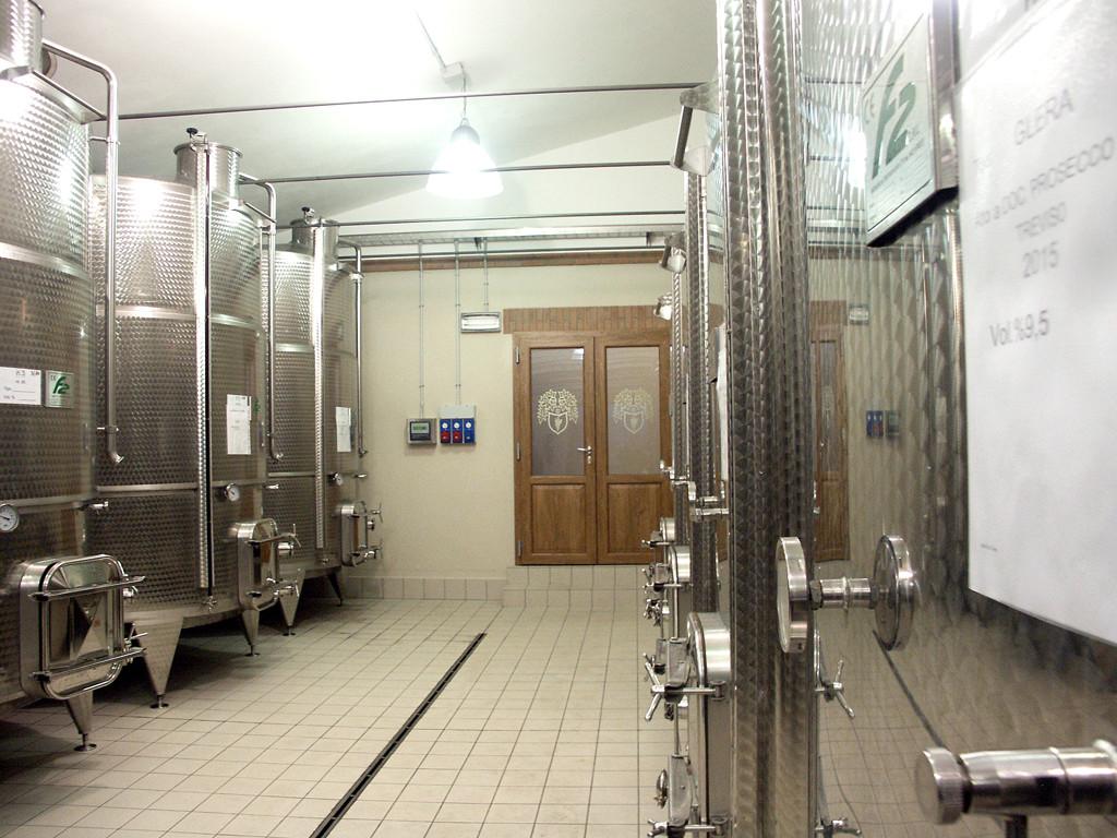 Steel barrels for wine conservation