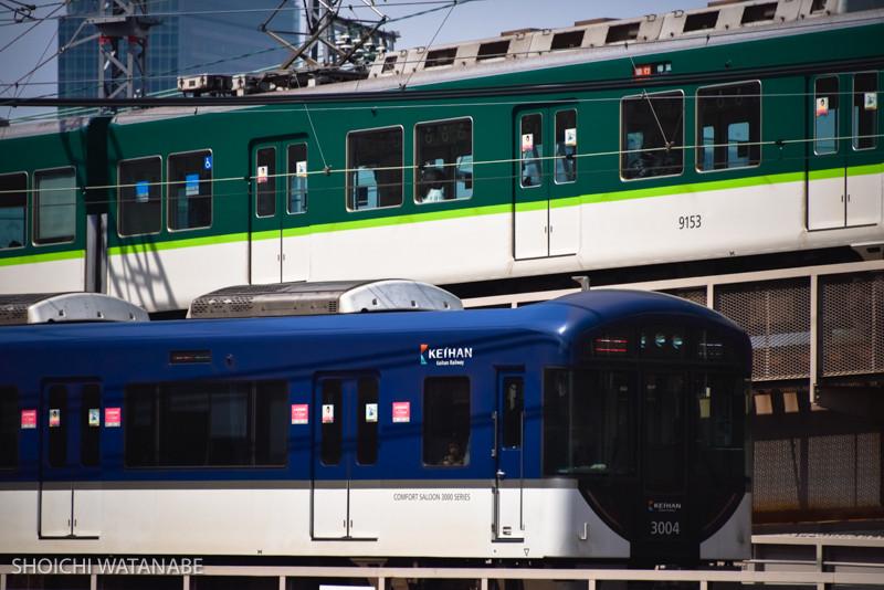 Nikon D810 + Nikon 28-300mm VR  京阪電車は車両がきれい。これに赤色もあるので、ちょっと待てば色々なすれ違い写真が撮れます。
