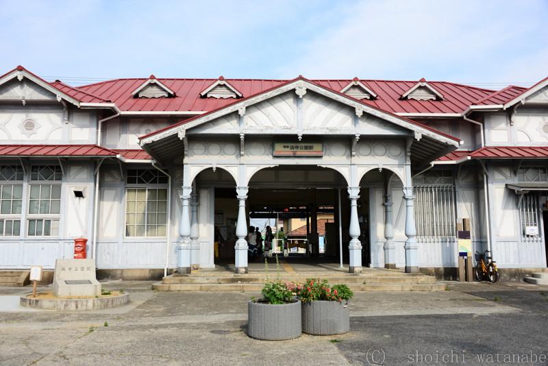 すぐ近く南海線の浜寺公園駅は何やらレトロな感じ。