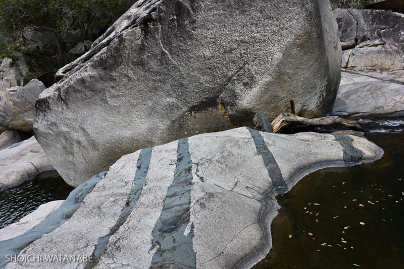 地層かなにか。なかなか不思議な岩模様。