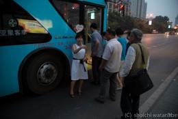 路線バスに乗って大雁塔へと向かいます。