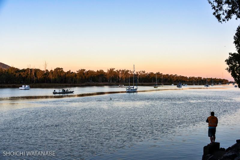 川沿いの道をランニングする人、釣りを楽しむおっさん。良い時間の過ごし方ですよねえ。