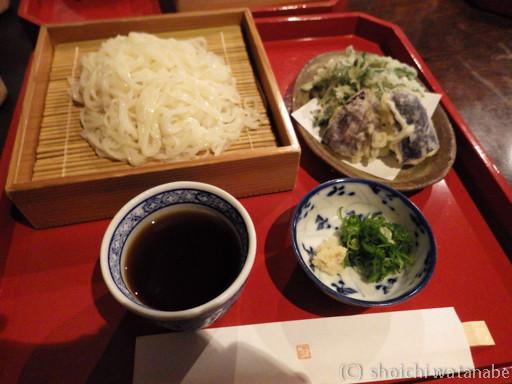 ざるうどんには天ぷらもついていました!