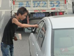 信号で止まると、窓をガンガン叩かれて兄ちゃんがチラシをまいていきます。日本では考えられません。