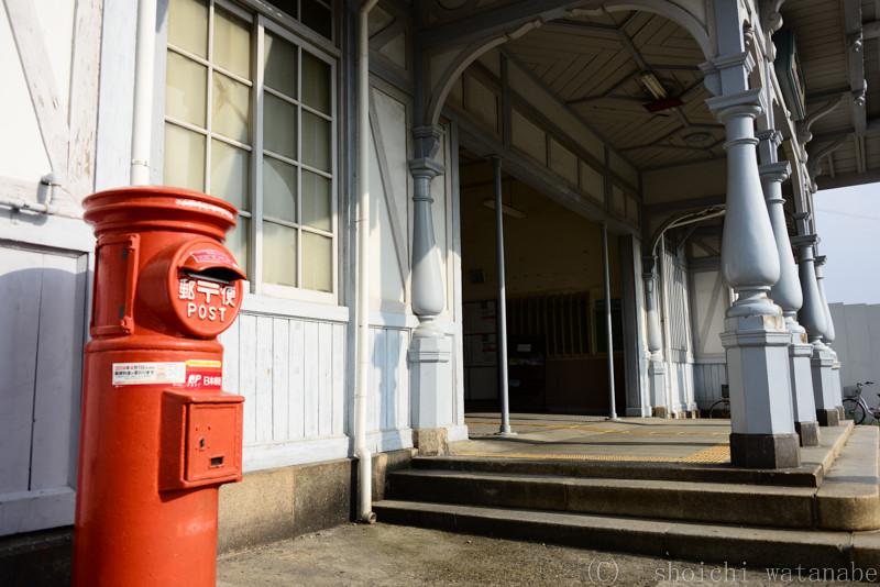 丸ポストと古い駅舎がおしゃれです。
