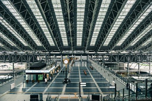 大阪駅。平日の9:00前ともなれば人がほとんどいません。
