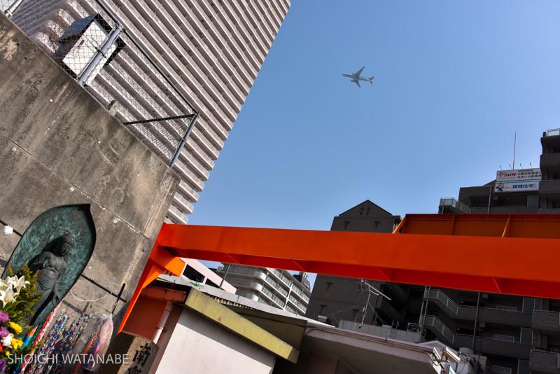 Nikon D810 + Nikon 28-300mm VR  オレンジ色の鉄骨が印象的。飛行機もやってきたタイミングで。
