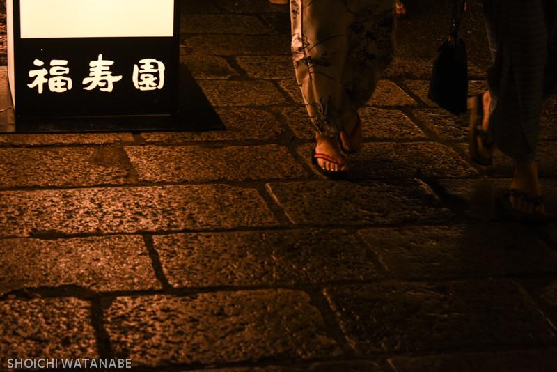 福寿園の灯りの前でおなごの足がくるのをひたすら待つというそんな撮影・・・   Nikon D810 + AF-S NIKKOR 28-300mm f/3.5-5.6G ED VR