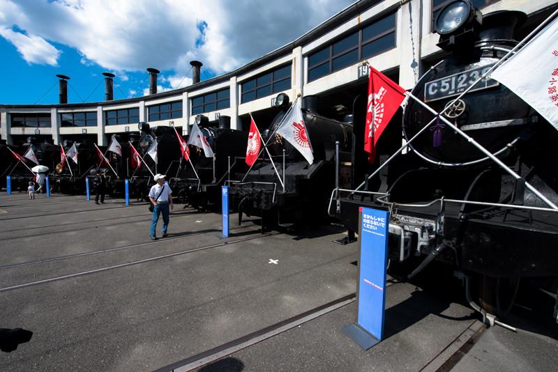 閉館間際ということで各機関車頭出しになっており、紅白の旗も掲げられていました。