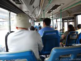 バスを乗り継いで兵馬俑の方面に向かいます。