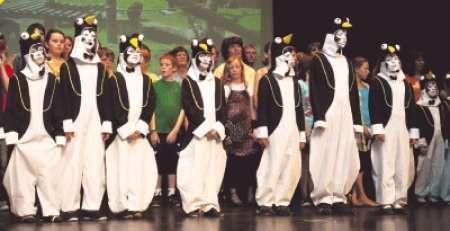 """Tolle Kostüme, eine schöne Geschichte und viel Musik bot das Musical """"Paul der Pinguin"""" in der Weinheimer Stadthalle. Akteure der Theodor-Heuss-Grundschule und des Sängerbundes Oberflockenbach brachten das Gemeinaftsprojekt auf die Bühne. Bild: Gutschalk"""