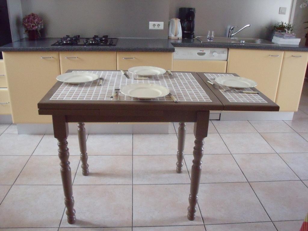 Table en hêtre massif avec deux allonges long 1M50, larg 70CM, ht 75CM possibilité avec pieds droit