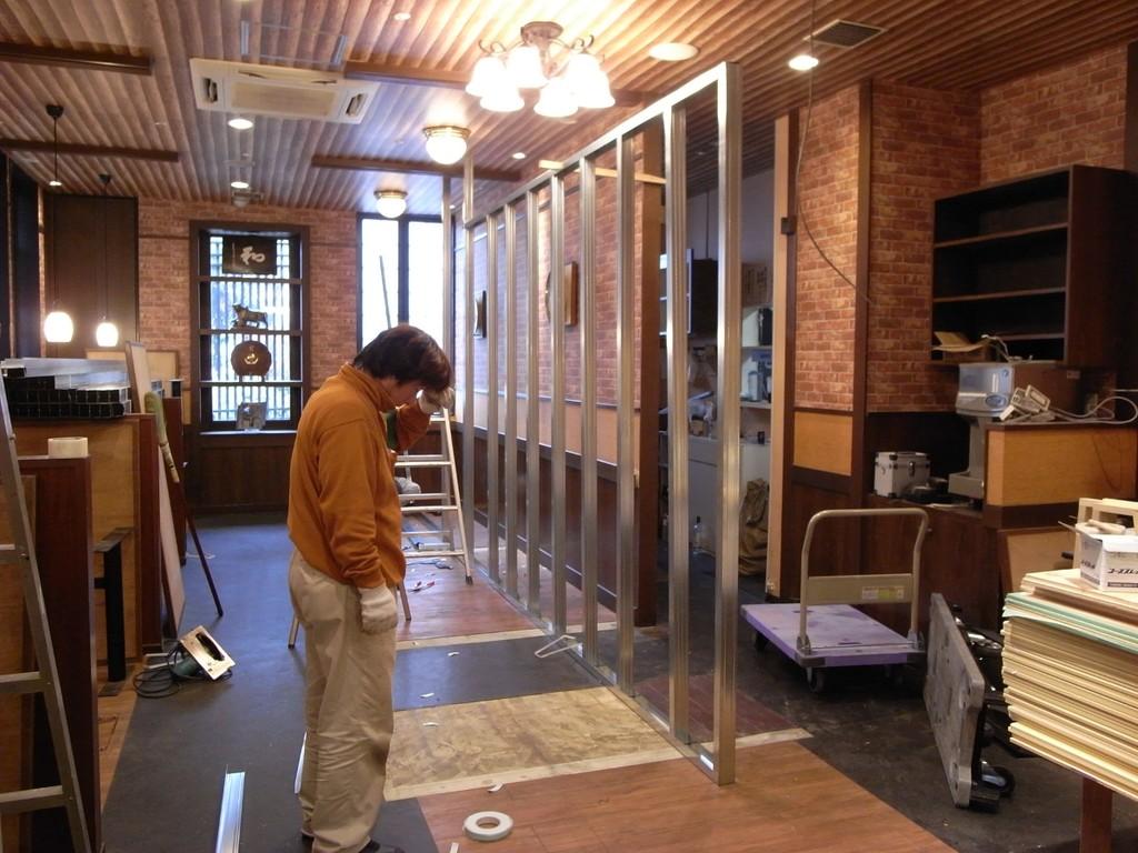2店舗を区切る間仕切壁をおこします。