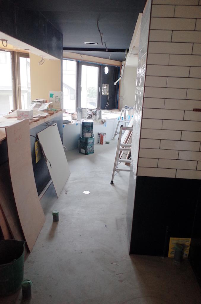 厨房内部の壁には不燃化粧板を貼っていきます。