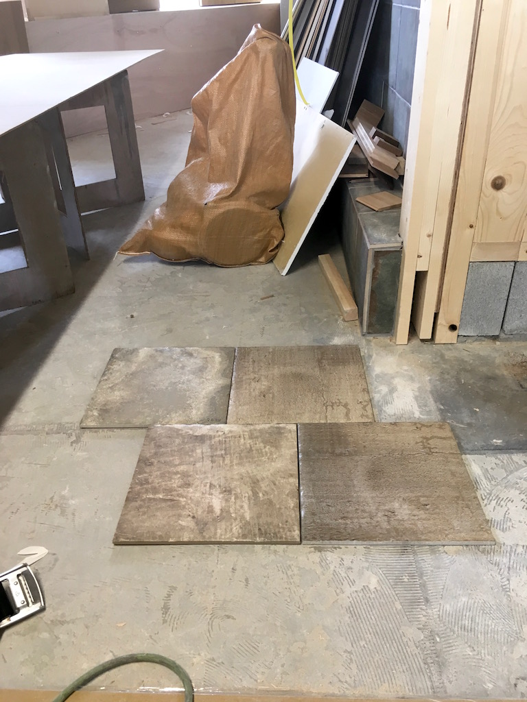 床のタイルの貼り方をオーナー様と相談します。