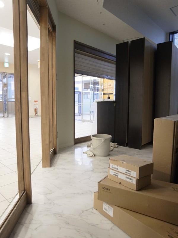 組立てたBILLYの書棚、IKEAです。建具枠等にオイルステインの塗装。