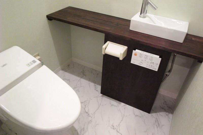 トイレの配管が見えるので急遽目隠しの箱をつくりました。紙巻リモコンもつけれて万事OK。