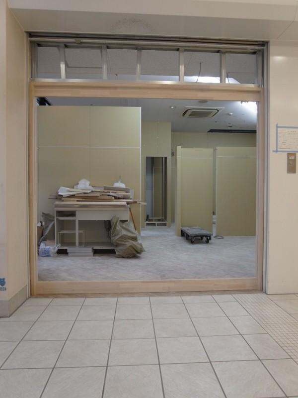 木製の建具枠を工場加工でつくっておき現場にて設置です。
