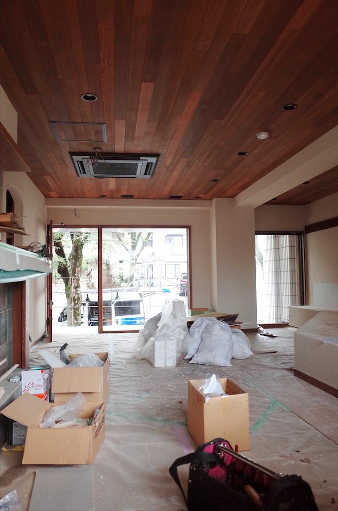 不燃材の塗り壁は2〜3回塗り重ねます。