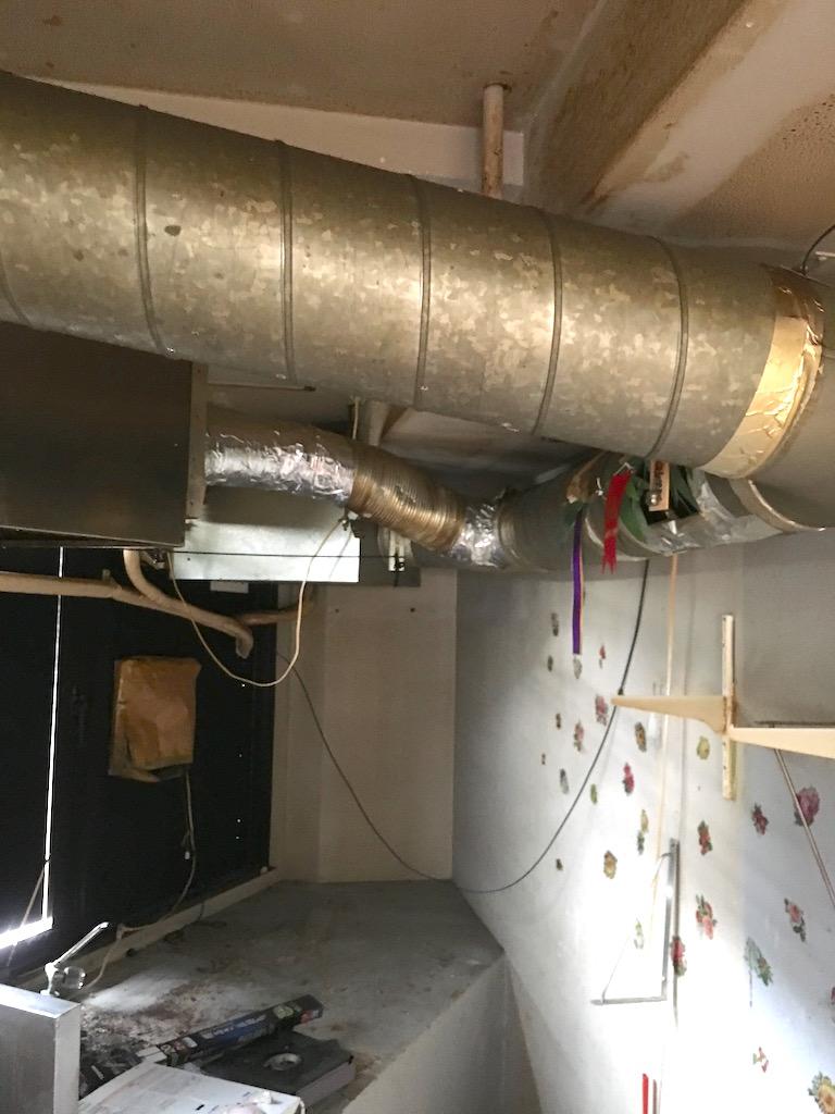 厨房の換気フード用のダクトもすべて撤去します。