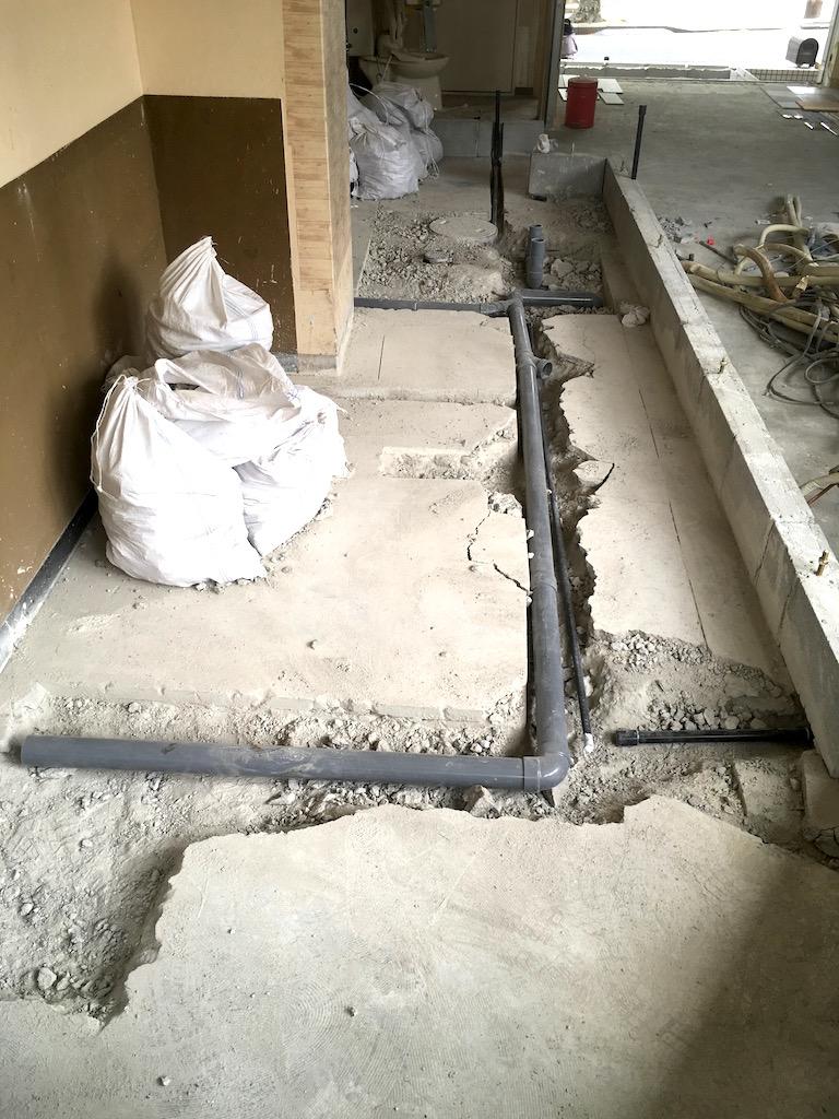 確実に厨房機器の配置が決まっていない場合、排水箇所を余分に計画します。