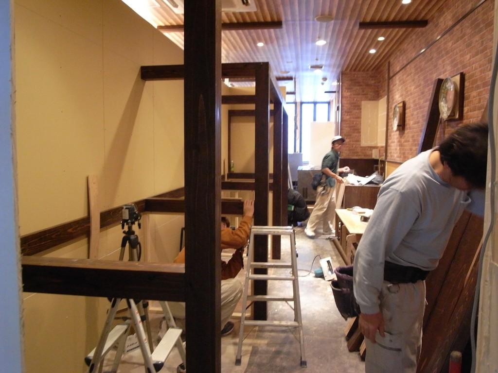 並行してお好み焼き店の柱、梁、腰壁類の造作。