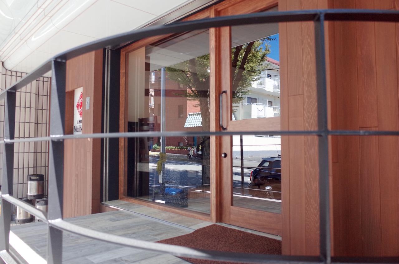 木製ドアやガラス。(建具工事・ガラス工事)