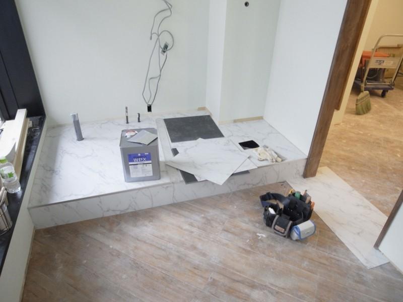 壁紙を貼り終え、床の樹脂タイルを貼り始めました。