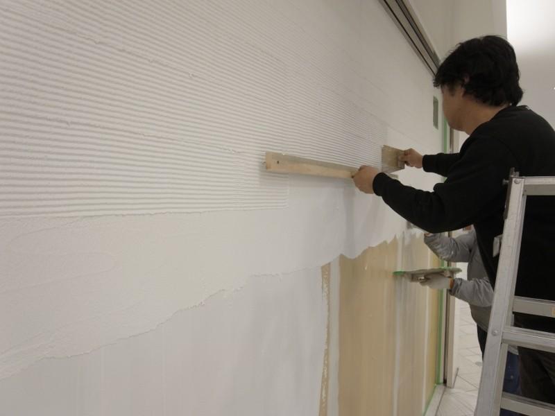 ここだけは化粧板や壁紙は嫌でしたので、施主に無理を云い塗壁の櫛目模様にしてもらいました。