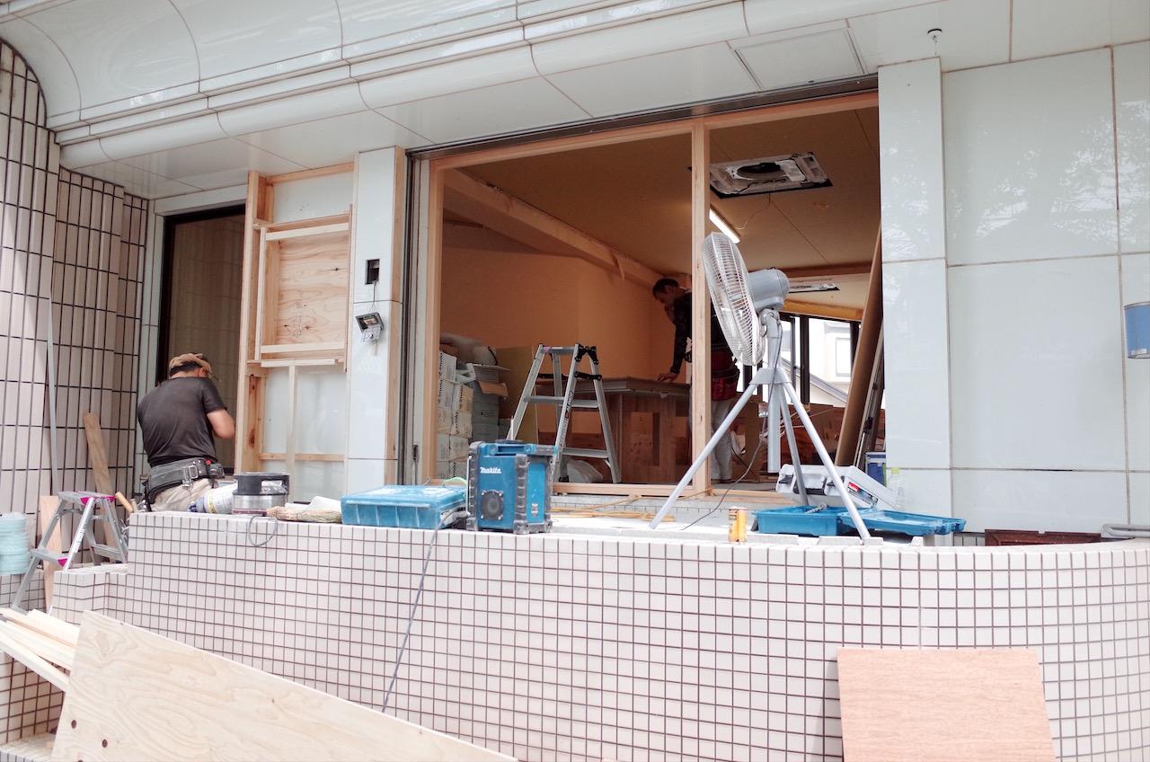 ファサードのドア枠や外装下地を作っていきます。