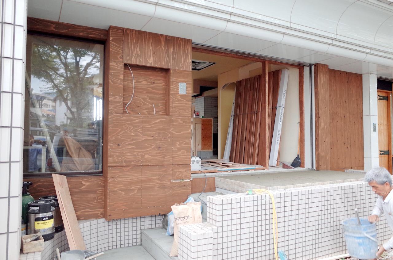 ファサードは木張りにする為、下地の構造を作り、防腐剤入りの塗装をおこないます。