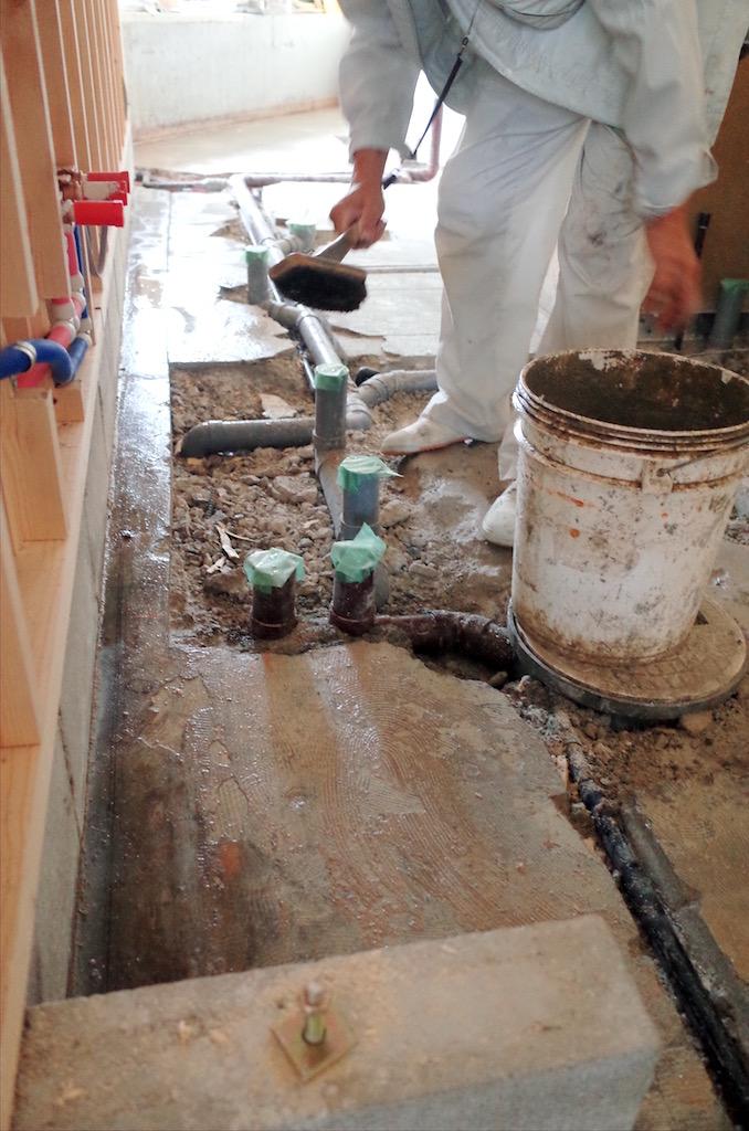 配管作業が終わり次第、モルタルで埋め床をフラットな状態に戻します。