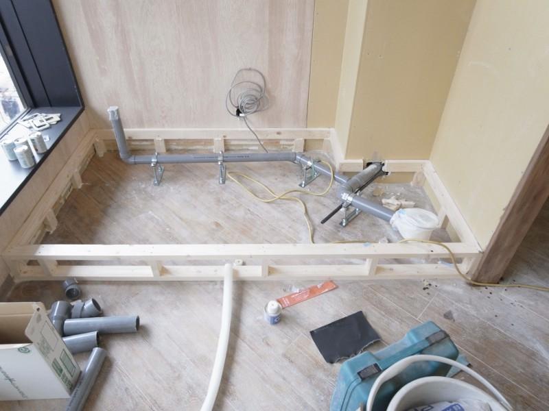 スタッフルームのシンク部分の給排水管を仕込みます。