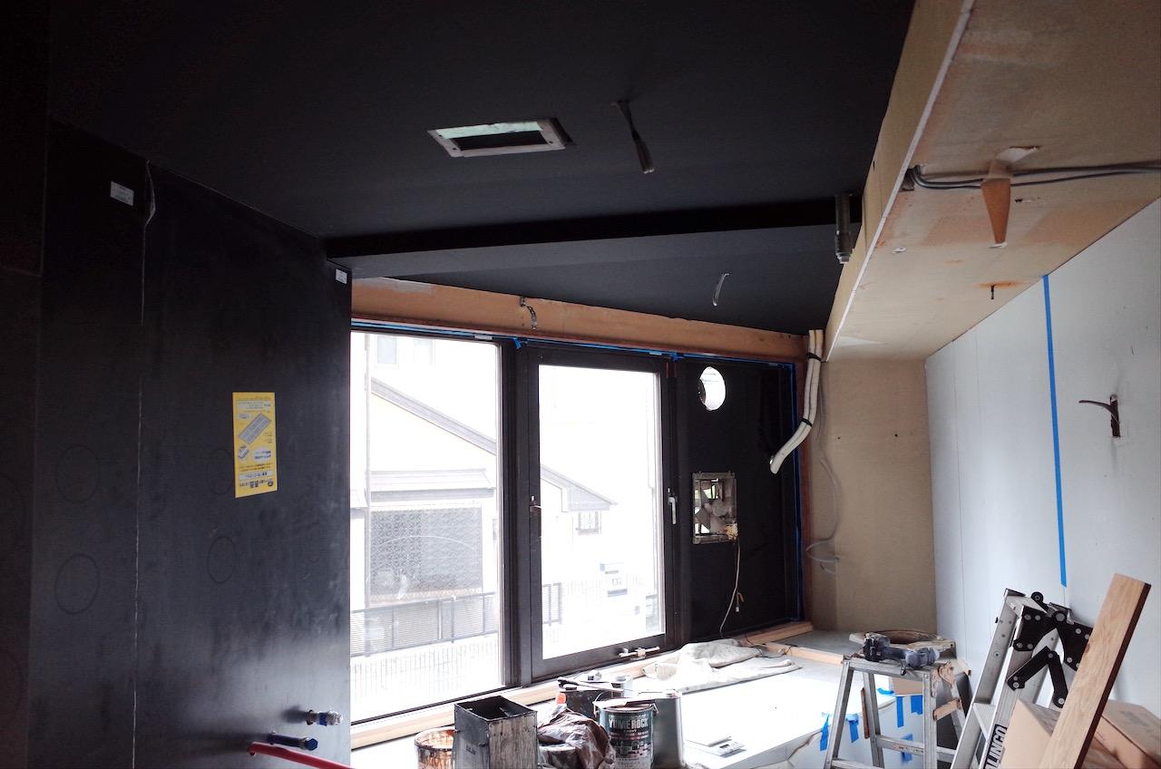 厨房天井はプラスターボードに塗装をしています。