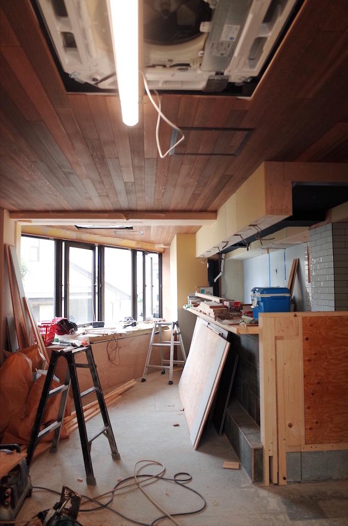 天井はレッドシダー(杉板)を張っていきます。