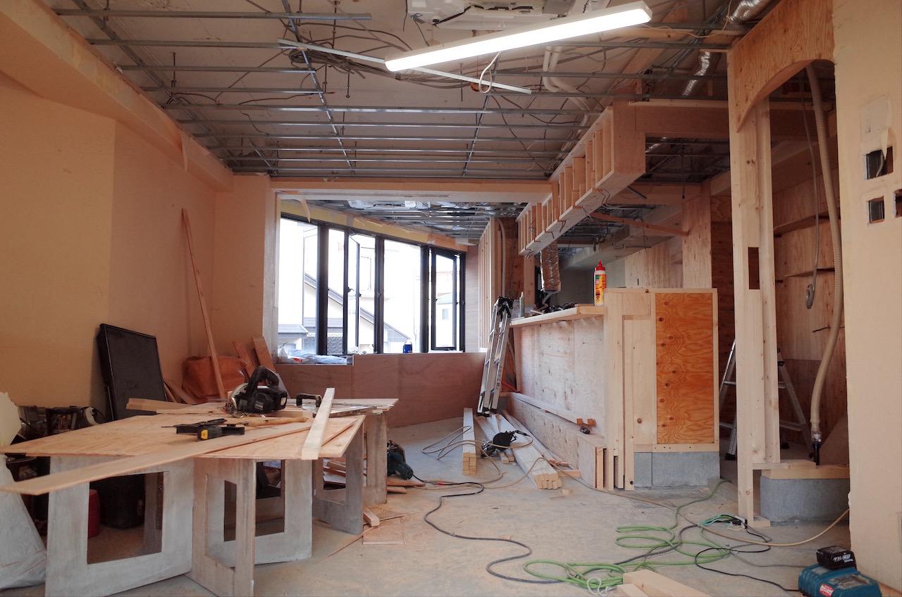 天井の下地を張る前に、天井エアコンを設置し霊媒配管などをおこないます。