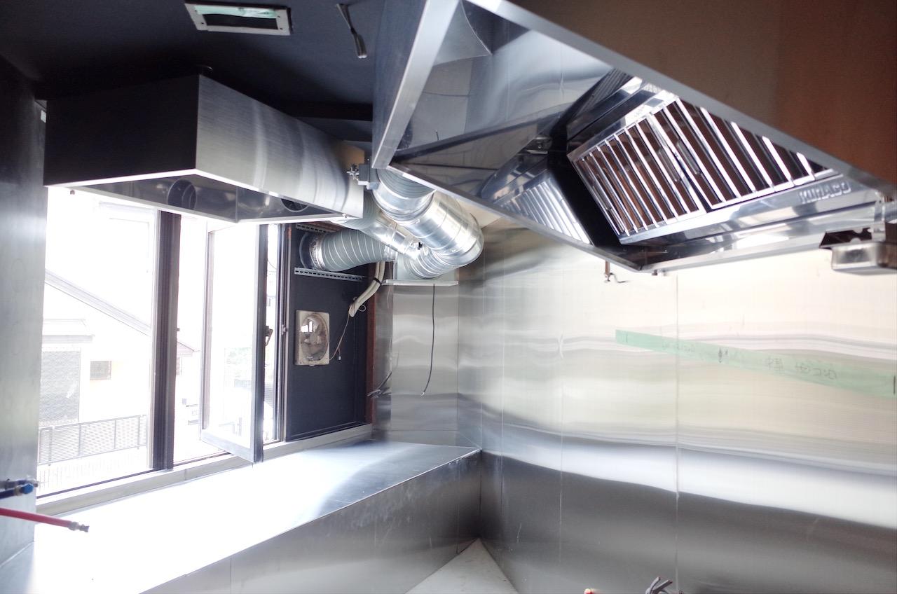 厨房用のフードや換気扇、ダクトなども設置します。