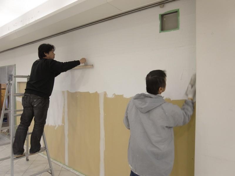 外部の塗壁を仲良く塗っています。