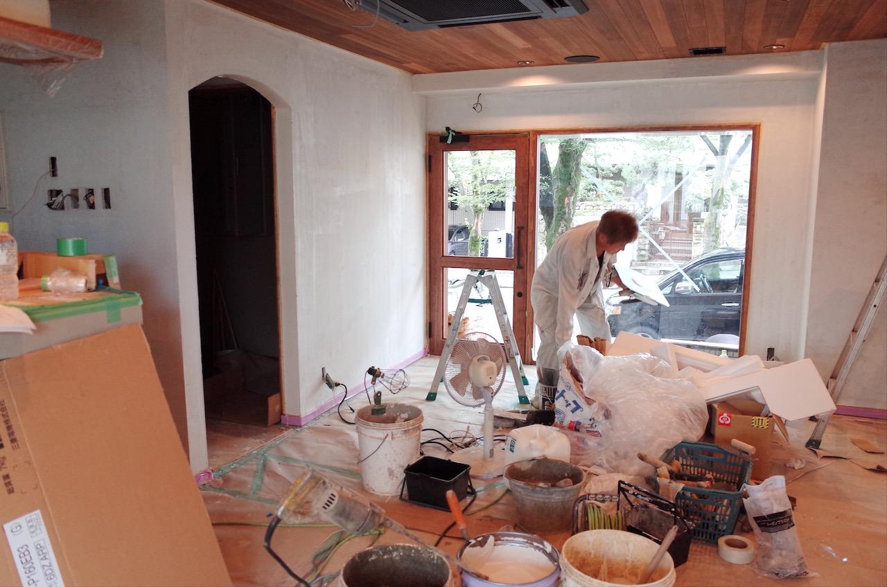 ファサードのガラスや入り口ドアも取付しました。