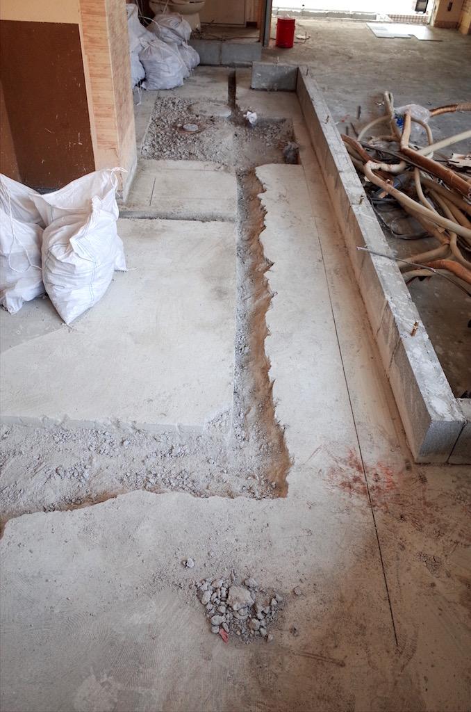 給排水菅用の配置位置を掘削します。この際配管用の掘削を行うため多少大きな音が発生します。事前に近隣との調整が必要になります