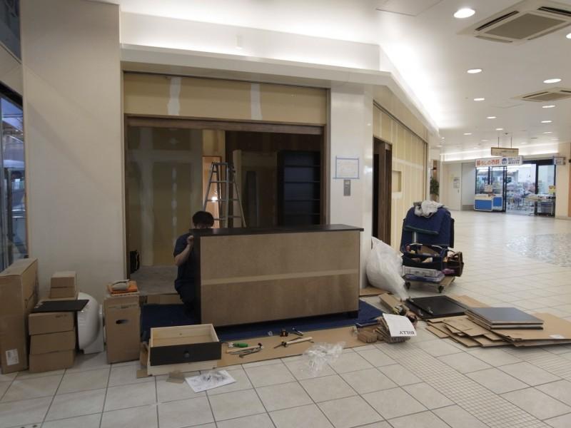 早速IKEAから受付カウンター他家具一式が到着し組立してもらっています。