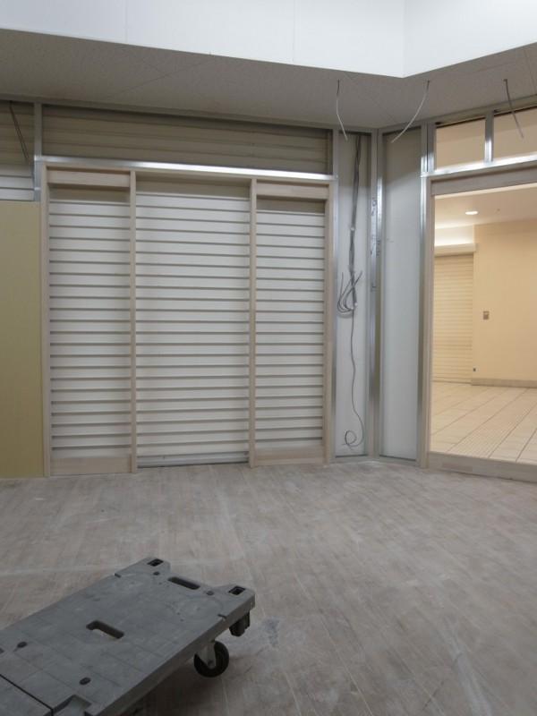 エントランスも同じく建具枠を入れます。(木製です)電気配線も並行して作業をして壁の中に収めます。