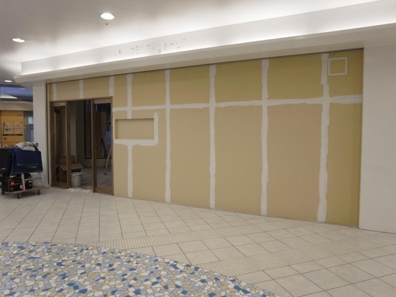 外壁は塗壁なんですが同じく繋ぎ目にパテを埋めます。