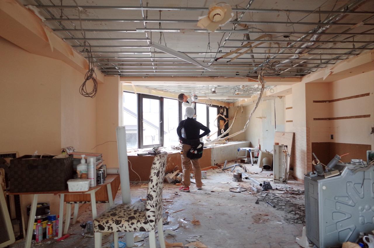店内の内装をすべて解体していきます。