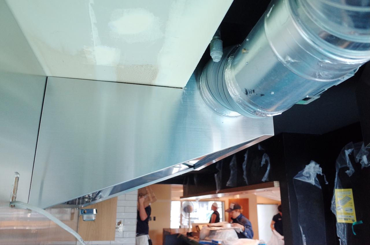 換気用のフードは天井の高さを鑑み、変形させました。