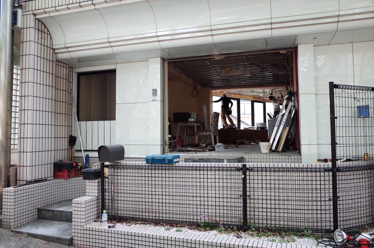 入り口周りの壁も解体し、すっかりファサードはなくなりました。