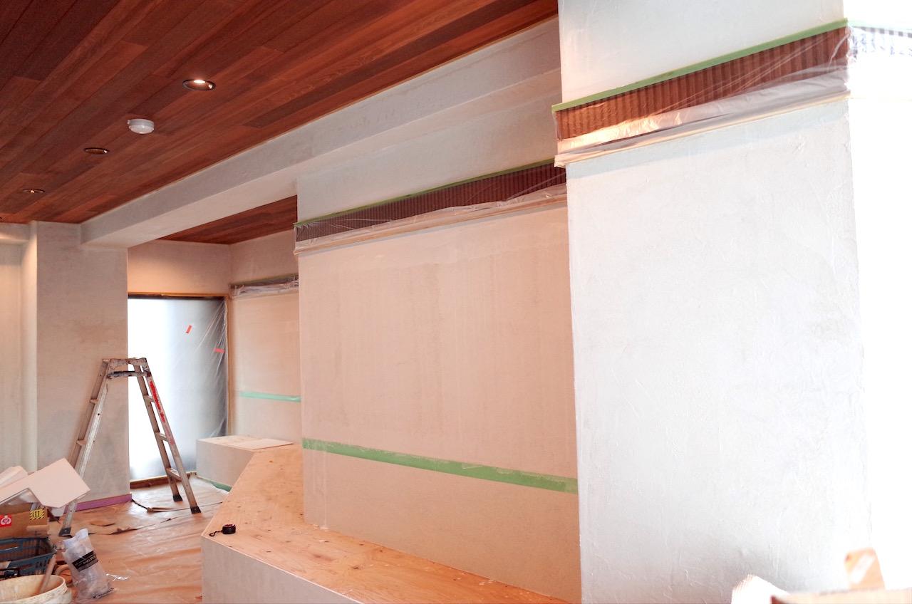 壁には不燃材の塗り壁材を塗っていきます。