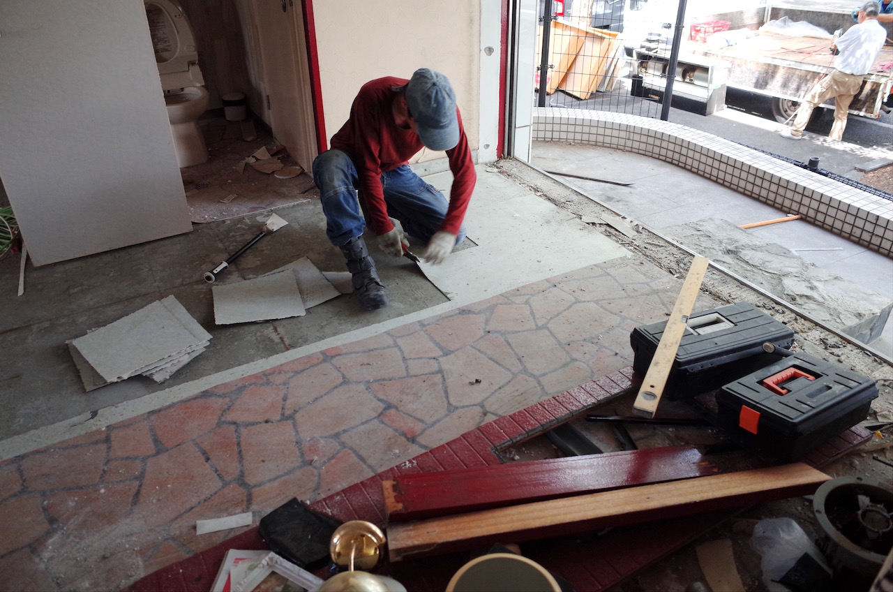 床のフロアータイルも捲ります。もっと前の店舗の床材も出てきました。